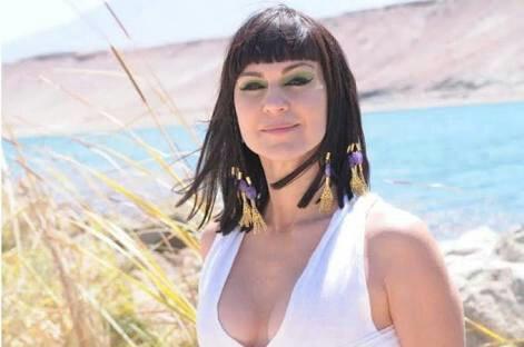 Adriana Garambone é 'Adela' em